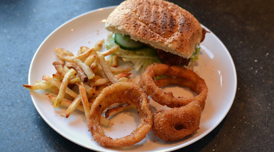 Dybstegte onion rings til burger
