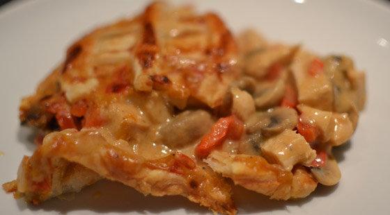 Et stykke kyllingetærte på tallerken
