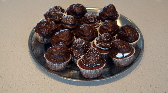 Fad med lækre muffins med flødeboller ovenpå