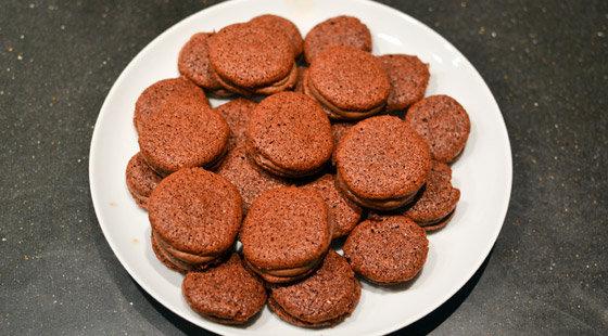 Tallerkenfuld macarons med chokolade